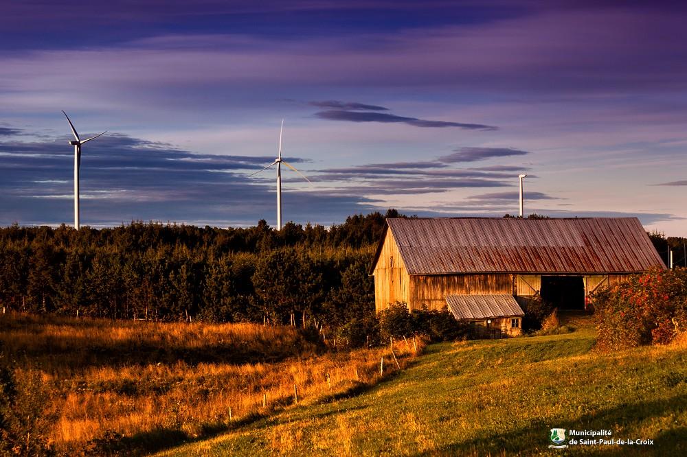 Paysage de Saint-Paul-de-la-Croix avec éoliennes