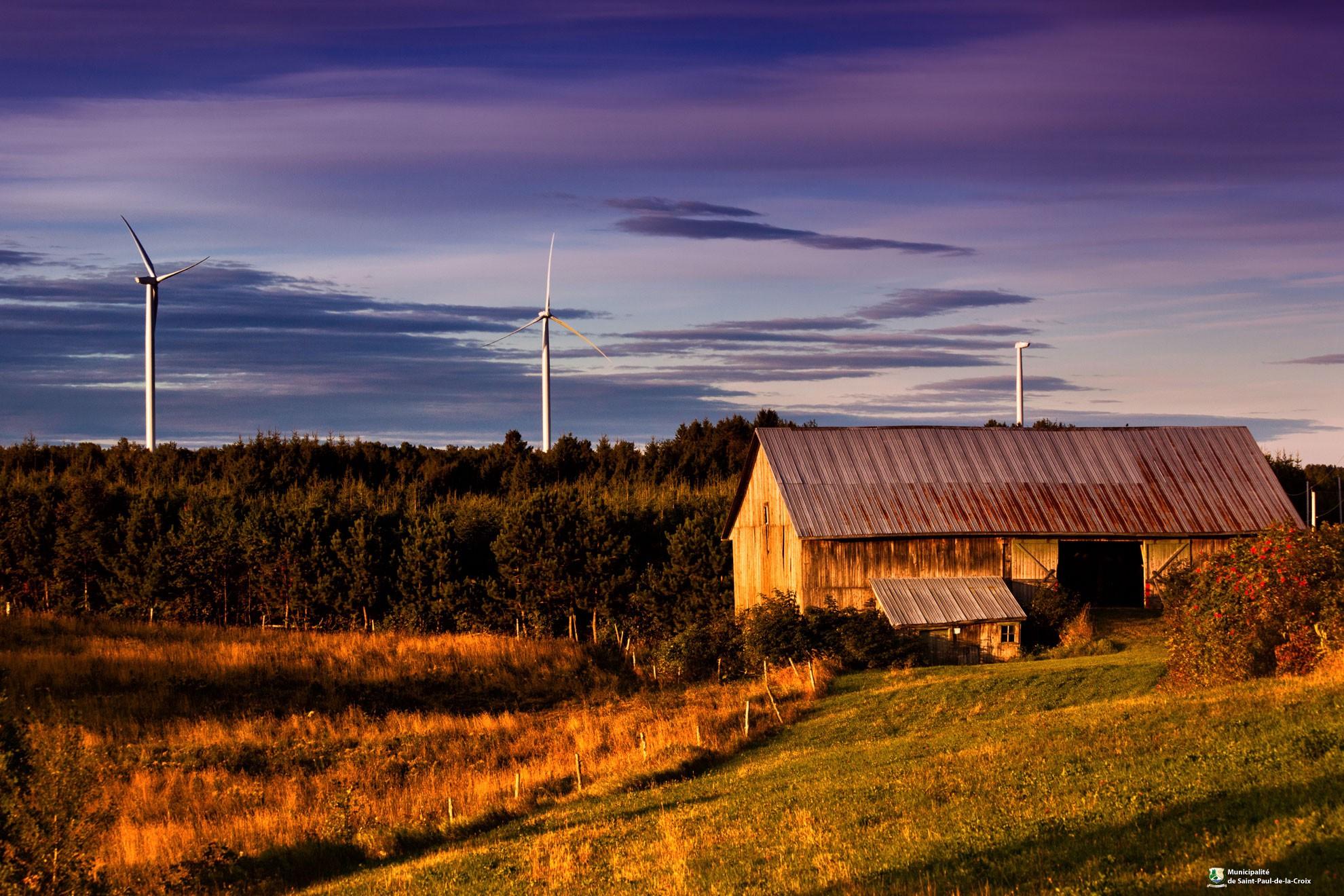 Fond - Éoliennes (Photo : © Crédit photo - Parc éolien communautaire Viger)